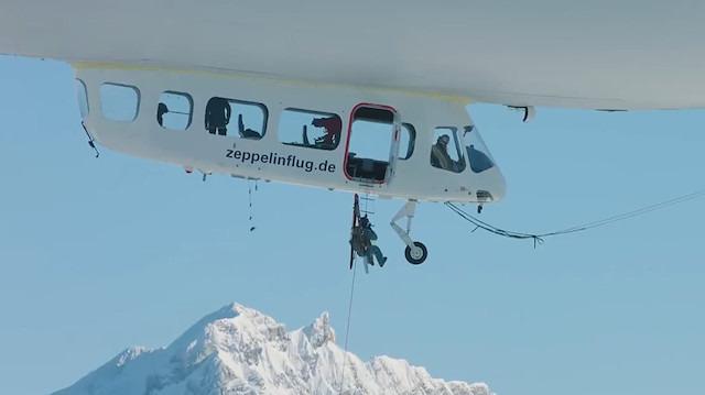 Alplerde bir ilk: Zeplinle çıkıp kayarak indiler