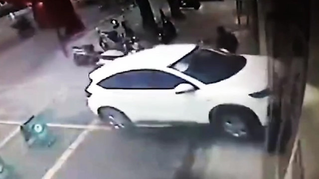 Fren yerine gaza basan sürücü aracıyla bankaya girdi