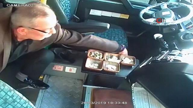 Yolcu dolu minibüste şoförün parasını böyle çaldı