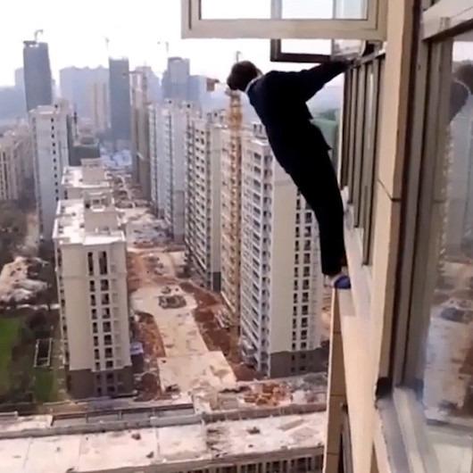 Polisten kaçmak için 22. katın penceresine çıktı