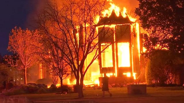 Televizyon patladı, ev alev alev yandı