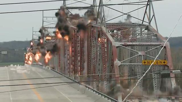 Nehrin üstündeki dev köprünün saniyeler içinde yıkımı