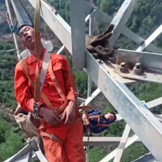 50 metre yüksekte uyuyan işçiler görenleri şaşırttı