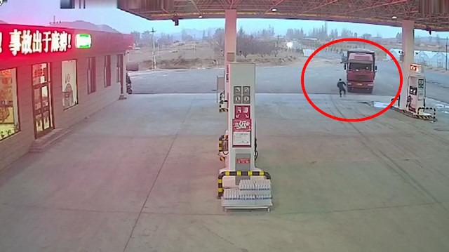 Sürücüsüz kamyon benzin istasyonuna daldı