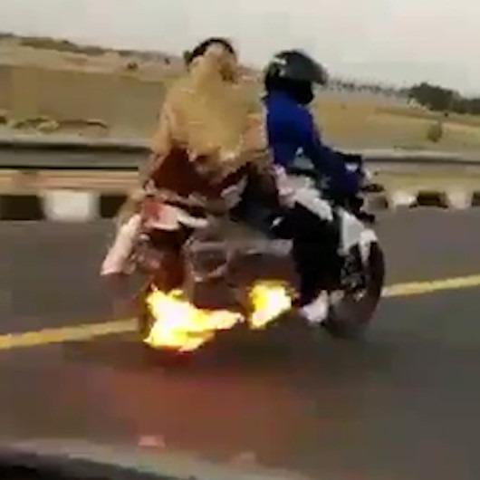 Alev alan motosikletle yola devam eden aileyi polis böyle kurtardı