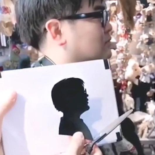 1 dakikada müşterilerinin profilini kağıda aktaran sanatçı görenleri şaşırtıyor