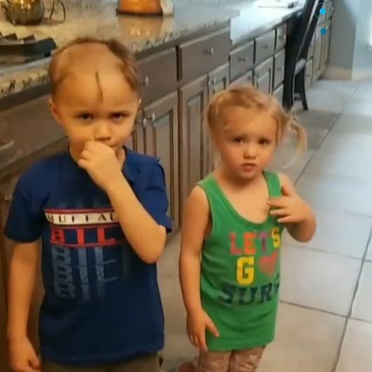 Traş makinesiyle hem kendi saçını hem de kız kardeşinin saçını kazıyan ufaklık