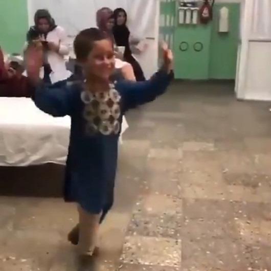 Protez bacağa kavuşan çocuğun mutluluk dansı