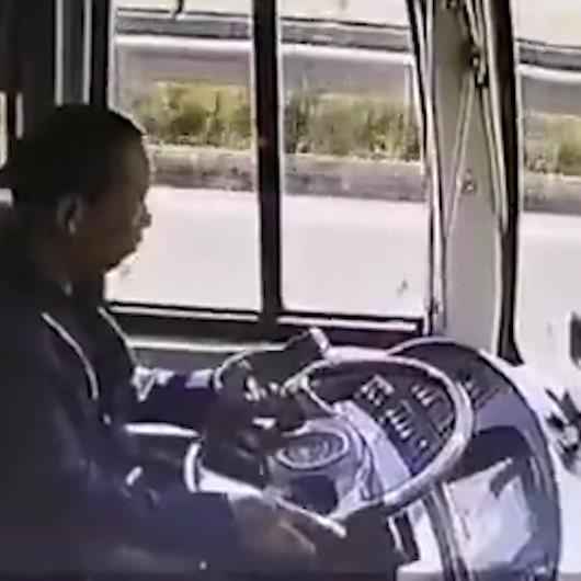 Direksiyon başında telefonla ilgilenen şoförün ders niteliğindeki görüntüleri