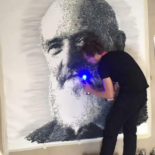Spray boyayı 'piksel piksel' kullanan sanatçı göz kamaştırıyor