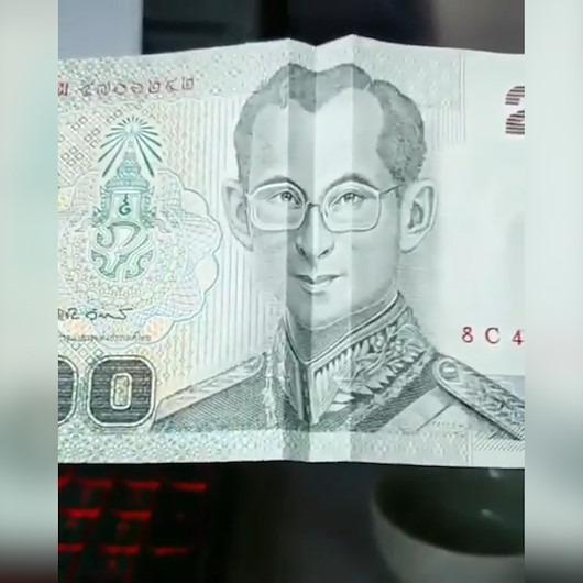 Kağıt banknotlardaki resimleri 'güldüren' adam