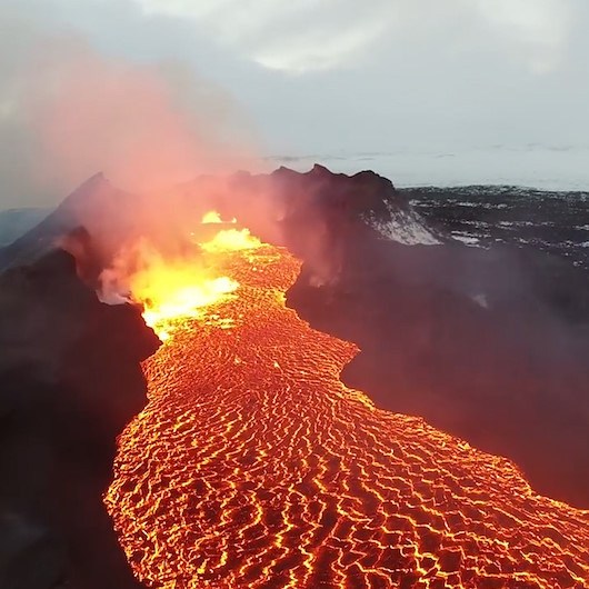 'Buzul' bölgesindeki yanardağdan muhteşem lav görüntüleri