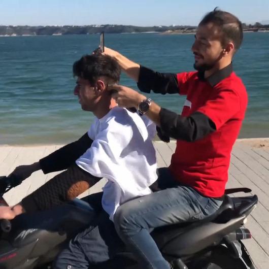'Çılgın berberden' hareket halindeki motosiklette tıraş