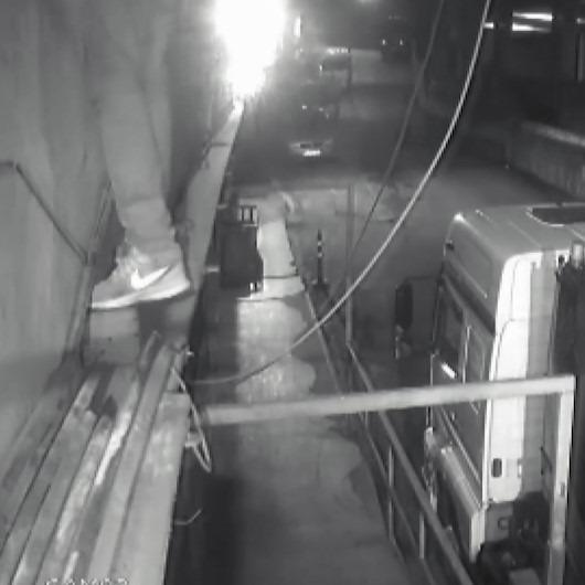 Örümcek adam gibi iş yerine tırmanan hırsız kameraya yakalandı