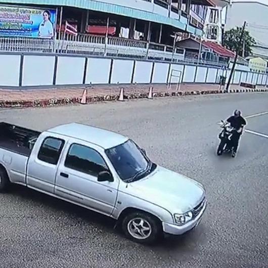 Motosiklet sürücüsü şiddetli çarpışma sonrası pikabın kasasına uçtu