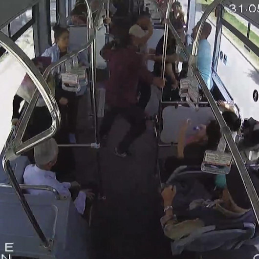 Halk otobüsünde yolcular yumruk yumruğa birbirine girdi