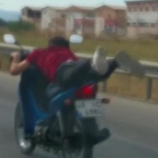 Motosikletli gençlerin tehlikeli oyunu kamerada