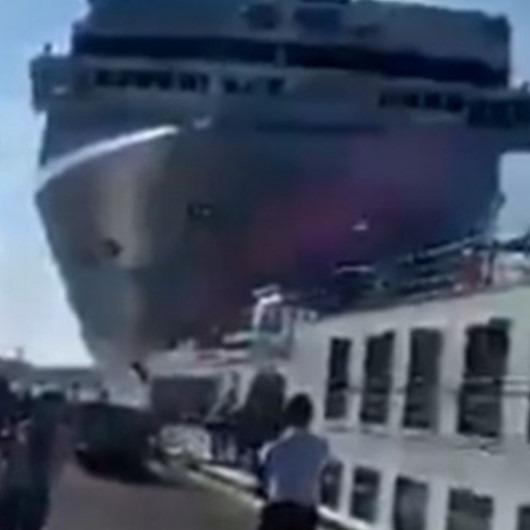 İtalya'da gemi kazası! Kontrolden çıkan cruise gemisi limanı birbirine kattı