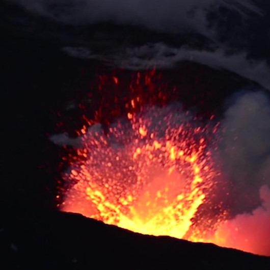 Avrupa'nın en aktif volkanı Etna Yanardağı yeniden faaliyete geçti
