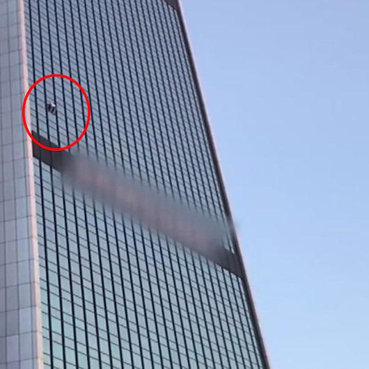 40 katlı binaya tırmanan 'örümcek adam' yürekleri ağza getirdi