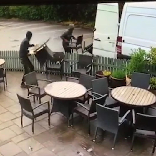 Güpegündüz girdikleri bahçeyi saniyeler içinde silip süpüren hırsızlar kamerada