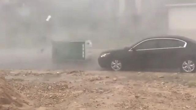 Çöp konteynırını yerinden uçuran fırtına
