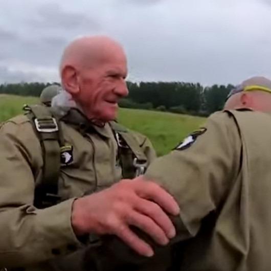 'Normandiya' için 97 yaşındaki gazi uçaktan paraşütle atladı