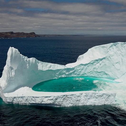 Buzdağının ortasında oluşan doğal havuz görenleri büyülüyor