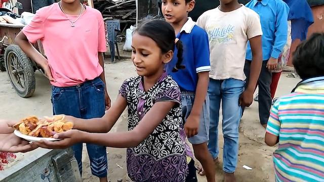 Yoksul çocuklar için gevrek soğan halkası kızartan büyükanne
