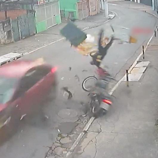 Motosiklet sürücüsü bu kazadan yara almadan kurtuldu