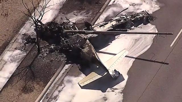 Arizona'da otoyolun kenarına düşen uçak