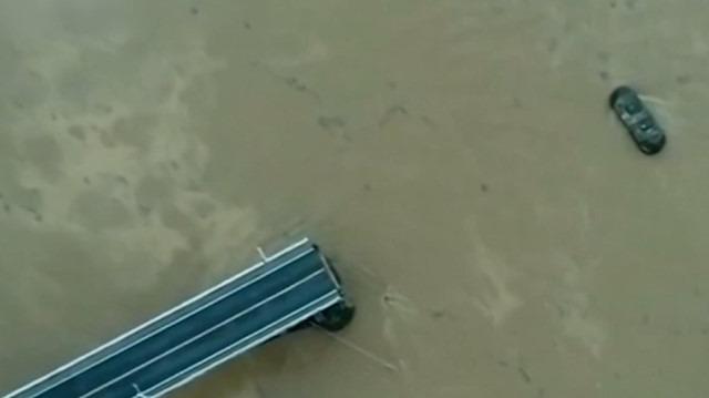 Dev köprü çöktü, araçlar nehre düştü