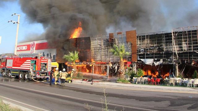 Yazlık sitelerin yanında başlayan yangın devam ediyor