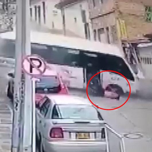 Fırlayan sürücü minibüsün altında kalmaktan son anda kurtuldu