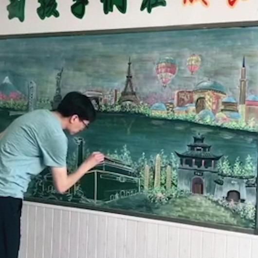 Kara tahtaya tebeşirle büyüleyici resimler çizen öğretmen