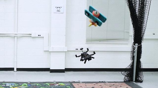 Kendisine fırlatılan nesnelerden kaçabilen akıllı drone