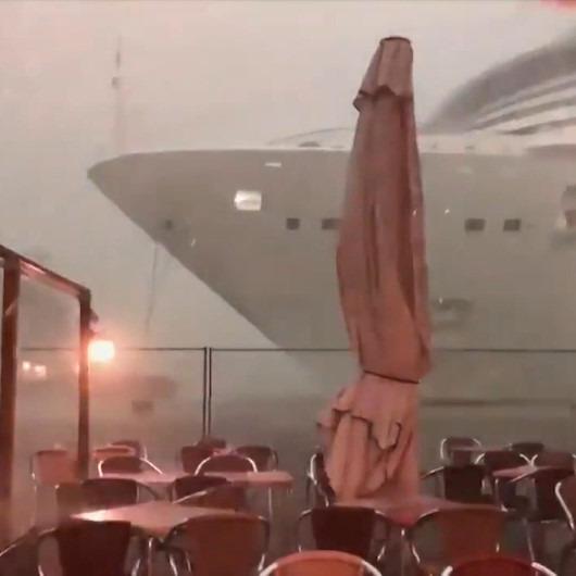 Kontrolden çıkan dev yolcu gemisinin limanda oluşturdu panik anları
