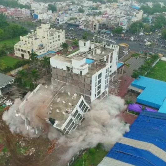 Yasa dışı yapılan otelin dinamitle yerle bir edildiği anlar