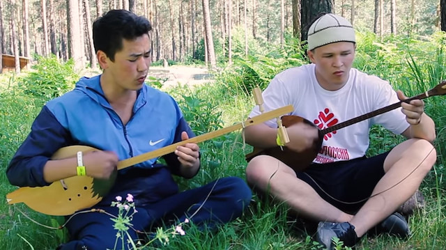 Altay gırtlak müziği (Mavili gence dikkat)