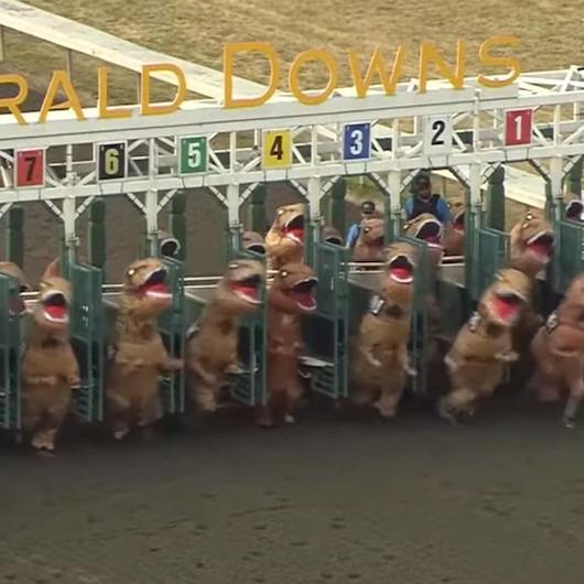 Dinozorlar T-Rex koşusunda yarışa katılıyor