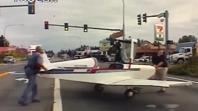 Arızalanan küçük uçak otoyola acil iniş yaptı 