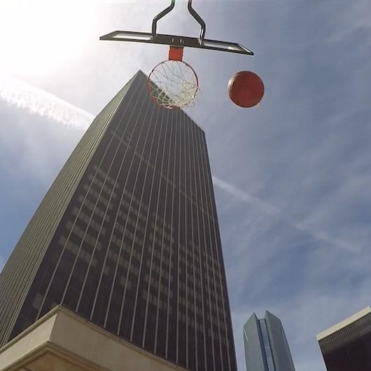 Gökdelenin tepesinden basket atarak Dünya Rekorlar Kitabı'na girdi