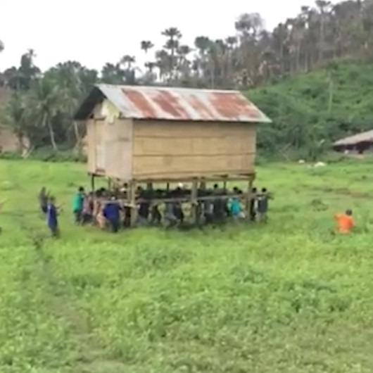 Komşularının evini sırtlarında taşıyan yardımsever vatandaşlar