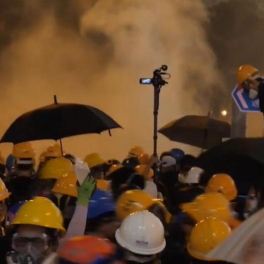 Hong Kong'da polis ile göstericiler arasındaki savaş bitmiyor