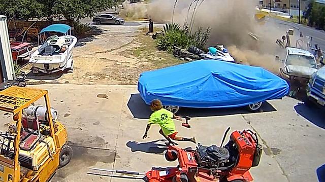 Uyuyakalan karavan sürücüsünün kazası kamerada