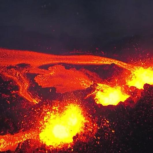 Dünyanın en büyük volkanlarından biri olan 'Piton de la Fournaise' yanardağının ürkütücü şovu