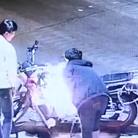 Kendi motosikletini ateşe verip üfleyerek söndürmeye çalışan genç