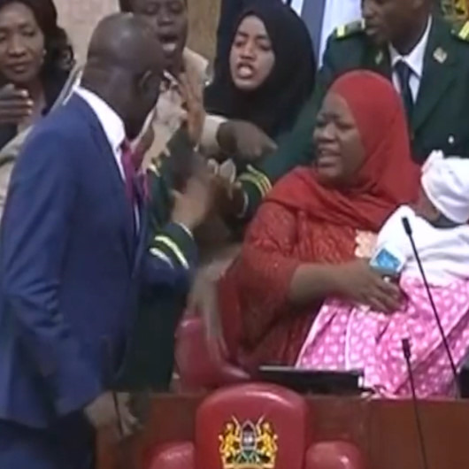 Meclise 5 aylık bebeğiyle gelen milletvekili zorla dışarı çıkarıldı