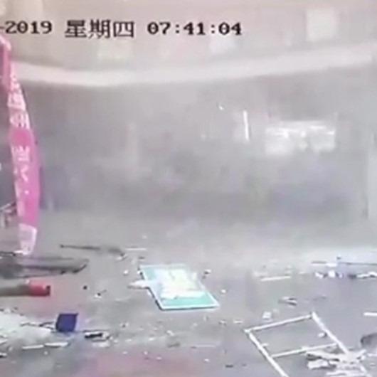 Gaz kaçağı olan büfenin bomba gibi patladığı anlar