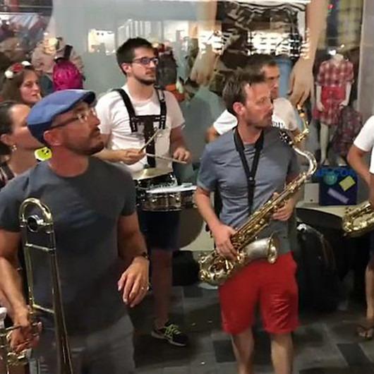 İstiklal Caddesi'nde Fransız müzik grubunun